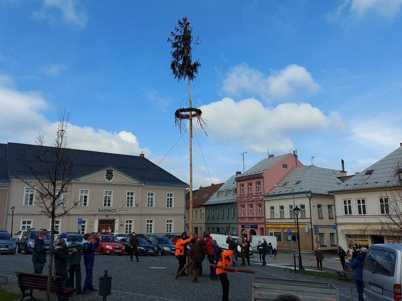 Stavění májky na náměstí ve Šluknově